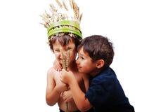 拿着麦子片的二个逗人喜爱的孩子 免版税库存图片