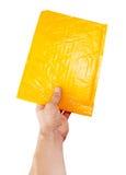 拿着黄色邮件程序包的现有量 免版税库存图片