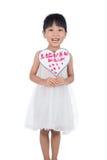 拿着贺卡的亚裔矮小的中国女孩为母亲` s天 免版税图库摄影
