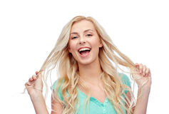 拿着头发的她的子线微笑的少妇 免版税库存图片
