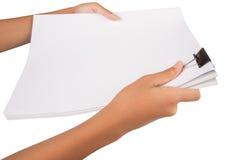 拿着黏合剂夹子和白皮书VI 库存图片