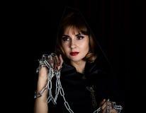 拿着绳索和链子的神奇少妇 项目符号 库存图片