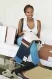 拿着织品样片的愉快的妇女在商店 库存照片