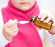 拿着医学医疗保健糖浆的手 库存图片