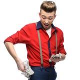 拿着货币的快乐的减速火箭的人 免版税库存图片