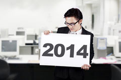 拿着2014年广告牌的商人 免版税图库摄影