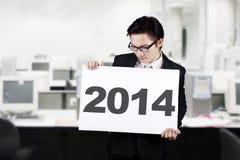拿着2014年广告牌的商人 免版税库存照片