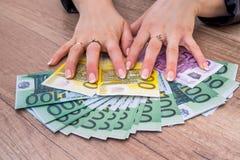 拿着100 200 500张欧洲票据的妇女 免版税图库摄影