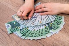 拿着100张欧洲票据的妇女 免版税库存图片