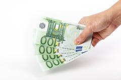 拿着100张欧洲钞票的女性手 免版税库存照片