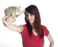 拿着20张美元票据的爱好者微笑的妇女 免版税图库摄影