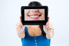 拿着嘴微笑的图片美丽的女孩 免版税库存图片