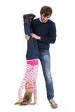 拿着他微笑的女儿的父亲颠倒 库存图片