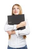 拿着黑文件夹用两只手的微笑的妇女 免版税库存照片