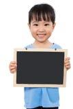 拿着黑板的亚裔矮小的中国女孩 库存照片