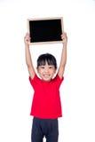 拿着黑板的亚裔矮小的中国女孩 免版税库存照片