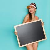 拿着黑板的夏天女孩 库存照片