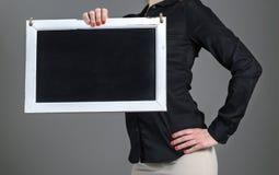 拿着黑板的女孩 免版税库存图片