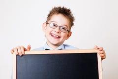 拿着黑板的小男孩 免版税图库摄影