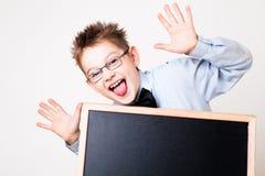 拿着黑板的小男孩 免版税库存图片