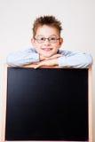 拿着黑板的小男孩 免版税库存照片