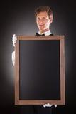 拿着黑板的男性侍者 库存照片