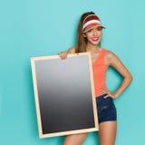 拿着黑板的确信的女孩 免版税库存图片