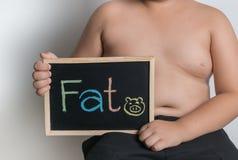 拿着黑板的肥胖肥胖男孩 库存图片