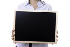 拿着黑板的年轻女商人 库存照片