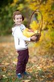 拿着水果篮的男孩,微笑 免版税库存照片