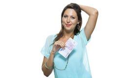 拿着500欧元比尔的微笑的可爱的妇女 免版税库存照片