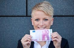 拿着10欧元的女实业家 免版税图库摄影