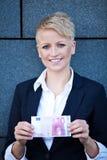 拿着10欧元的女实业家 库存图片