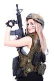 拿着攻击步枪的军事伪装的妇女 库存照片