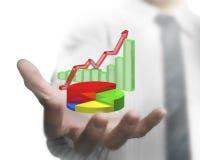 拿着经济情况统计逻辑分析方法图的商人手 免版税库存照片