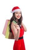 拿着购物袋的一名年轻微笑的妇女的画象在c前 免版税库存照片