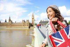 拿着购物袋的伦敦妇女在大本钟附近 库存图片