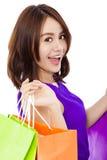 拿着购物袋的微笑的少妇特写镜头  免版税图库摄影