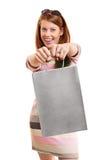 拿着购物袋的微笑的美丽的女孩 图库摄影