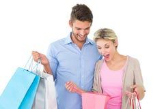 拿着购物袋的有吸引力的年轻夫妇 免版税库存图片