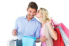 拿着购物袋的有吸引力的年轻夫妇 免版税图库摄影