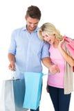 拿着购物袋的有吸引力的年轻夫妇 免版税库存照片