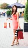 拿着购物袋的美丽的妇女 免版税图库摄影