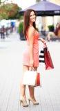 拿着购物袋的美丽的妇女 免版税库存图片