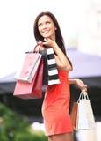 拿着购物袋的美丽的妇女 免版税库存照片