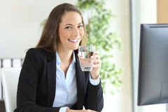 拿着水玻璃的女实业家 图库摄影
