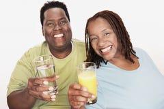 拿着玻璃的非裔美国人的夫妇 库存图片