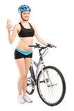 拿着水瓶的女性骑自行车者 免版税库存图片