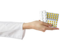拿着医疗药片的女性医生的手被隔绝在白色背景 首先帮助 库存图片