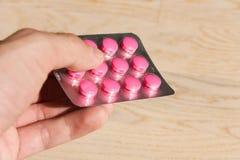 拿着医疗药物的手 免版税库存照片
